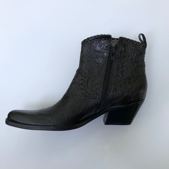 23ef726f3d4 Gianni Bini black leather ankle cowboy boots 6.5